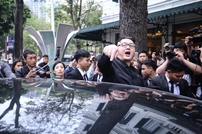<p> Howard nhập cảnh vào Việt Nam từ 19/2. Chiều 21/2, anh xuất hiện tại một khách sạn khu vực trung tâm Hà Nội và nhanh chóng thu hút sự chú ý của phóng viên và nhiều người đi đường.</p>