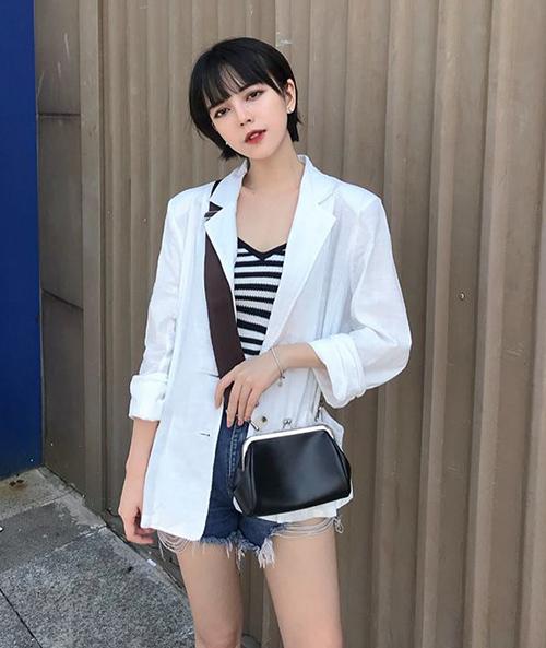 Châu Thư có phong cách ăn mặc chịu ảnh hưởng khá rõ nét từ style Hàn Quốc với những món đồ cá tính, năng động nhưng không mất đi nét nữ tính. Cô nàng cũng thường xuyên có những cách trang điểm tôn nhan sắc được nhiều người học hỏi.