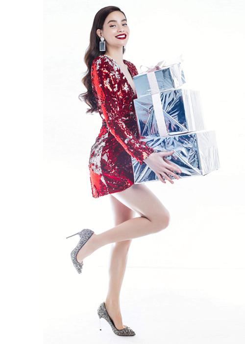 Đầm ánh kim là xu hướng thời trang nổi bật năm nay, giúp tôn lên vẻ quyến rũ cho người mặc. Hà Hồ bắt mốt rất nhanh nhạy khi diện bộ đầm của NTK Trần Ninh Hưng trong một buổi chụp hình gần đây. Người đẹp kết hợp với son đo rực và giày cao gót kim tuyến lấp lánh, tăng thêm sự sang chảnh.