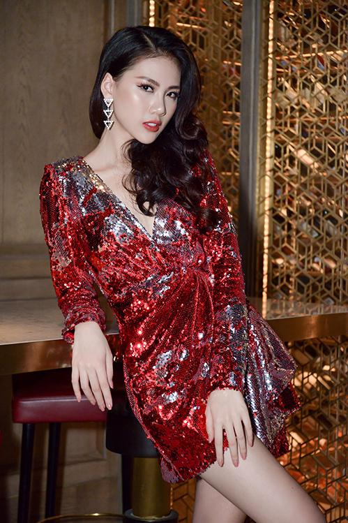 Vì bộ váy vốn đã có màu sắc, kiểu dáng nổi bật nên Quỳnh Hoa hạn chế việc sử dụng phụ kiện. Cô chỉ chọn một đôi hoa tai đính đá rất ăn rơ.