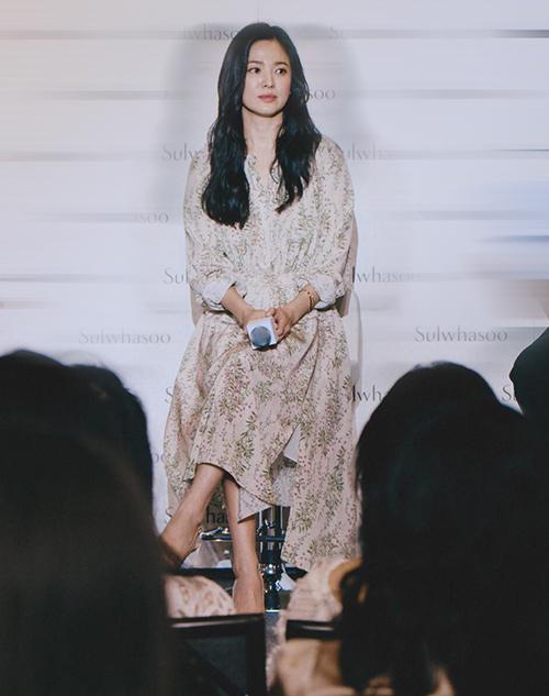 Xuất hiện trong sự kiện làm đẹp mới đây tại Singapore, Song Hye Kyo được khen với nhan sắc đẹp hết phần thiên hạ. Nữ diễn viên diệnđầm hoa dài quá gối,tôn lên vẻ duyên dáng.