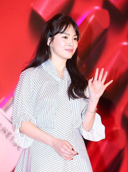 Kết hợp cùng lối trang điểm trong suốt và các cách làm tóc nhẹ nhàng, Song Hye Kyo ít khi bị dìm dù chụp ở nhiều góc máy, dưới ánh đèn flash.