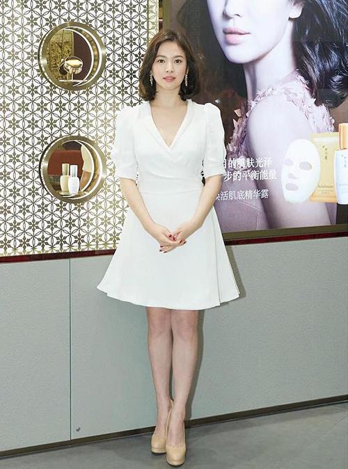 Nữ minh tinh ưu tiên váy áo có tông màu trắng, phù hợp với làn da trắng và vẻ tinh khôi của cô.