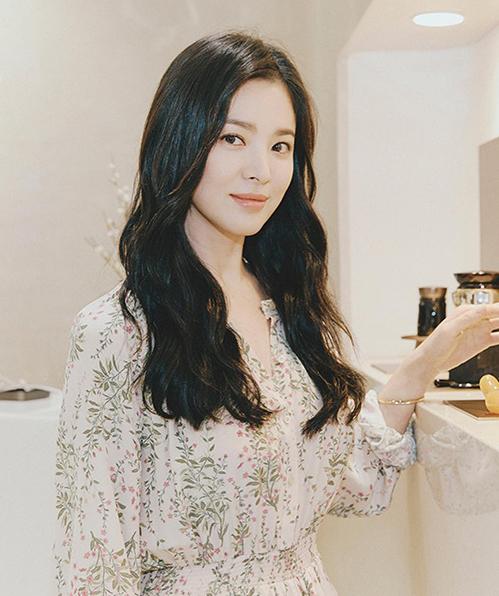 Trang phục đơn giản, không cần phụ kiện cầu kỳ, Song Hye Kyo vẫn toát lên thần thái đẳng cấp.