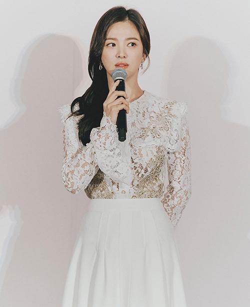 Cũng trong sự kiện, Song Hye Kyo còn thay một bộ váy ren trắng của S Blanc. Trang phục cũng đi theo phong cách quen thuộc của chị đẹp là nhẹ nhàng, nữ tính.