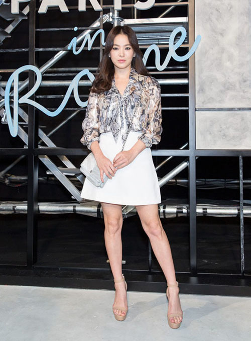 Với chiều cao chỉ khoảng 1,6 m, Song Hye Kyo thường diện váy dáng chữ A ngắn đi kèm giày cao gót, vừa gọn gàng, trẻ trung lại vừa tăng chiều cao.
