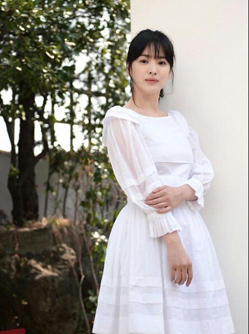 Mỗi lần xuất hiện, Song Hye Kyo luôn gây trầm trồ vì vẻ đẹp vượt thời gian. Thường chọn trang phục ít chi tiết, hạn chế trang sức, phụ kiện đắt đỏ.. nhưng bà xã Song Joong Ki vẫn rất thu hút.