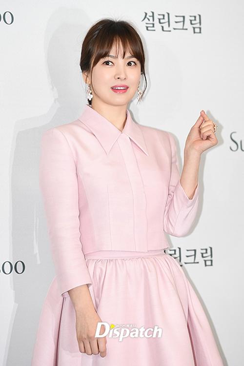 Trang phục có tông pastel nhẹ nhàng như hồng, xanh baby blue cũng được Song Hye Kyo yêu thích.