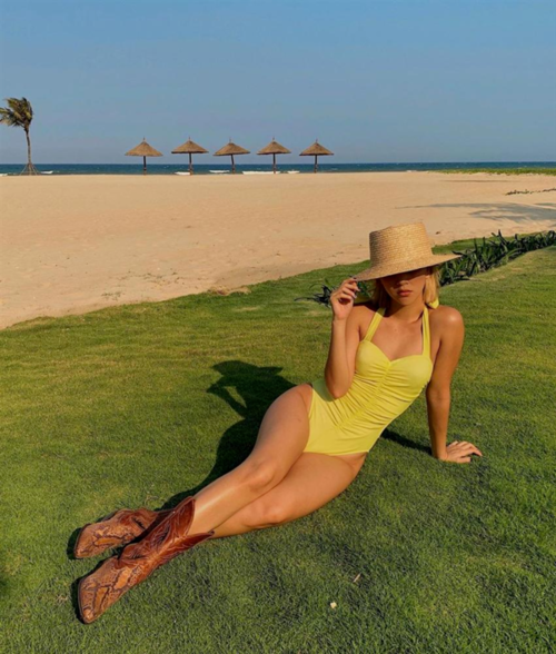 Trên Instagram mới đây, Quỳnh Anh Shyn khoe vóc dáng săn chắc cùng làn da nâu rám nắng với bộ áo tắm một mảnh gam màu vàng neon. Cô gây chú ý khi kết hợp áo tắm cùng boots da trăn cổ cao bí bách. Thông thường, người ta thường mặc bikini rồi đi chân trần hay tông Lào, dép cói cho thoải nhưng có lẽ, chỉ Quỳnh Anh Shyn mới dám thử sức với style độc, lạ này.