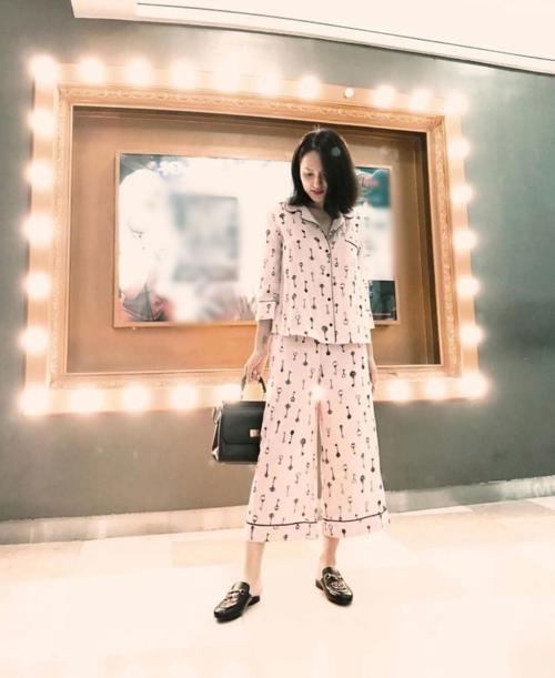 Hương Giang kết hợp set đồ ngủ chẳng hề liên quan với túi xách hàng hiệu và giày hở gót.