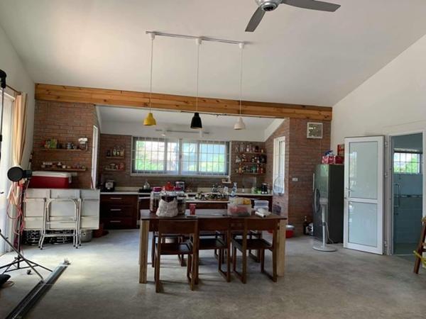 Khu bếp nhà Hồng Đăng được bày trí đơn giản. Căn bếp với diện tích rộng rãi, tận dụng ánh sáng tự nhiên là nơi cả gia đình cùng quây quần.