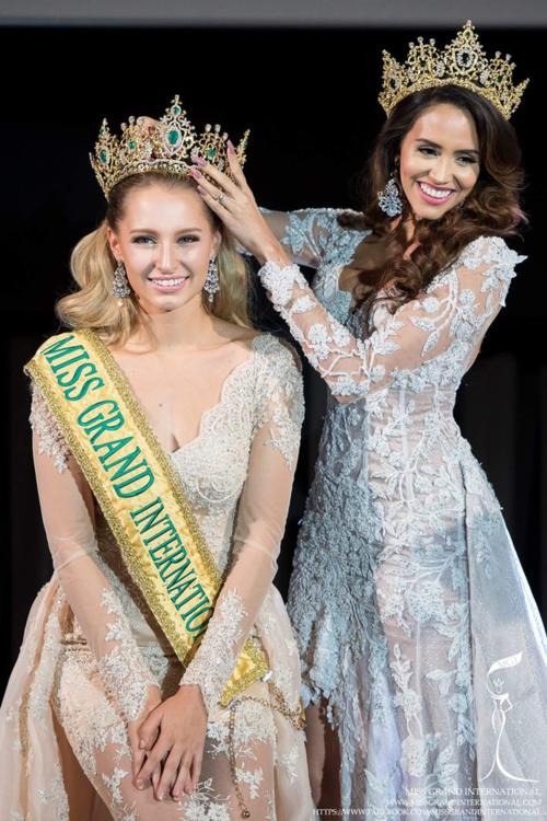Craire Elizabeth Parker là trường hợp khá đặc biệt. Năm 2015, cô cũng tham dự Miss Grand International nhưng không phải người chiến thắng mà chỉ giành giải Á hậu 1. Tuy nhiên, khi Anea Garcia bị truất ngôi, Claire đã được trao lại vương miện. Nhờ gương mặt xinh đẹp, ngoại hình lôi cuốn, người đẹp Australia được đông đảo công chúng ủng hộ.