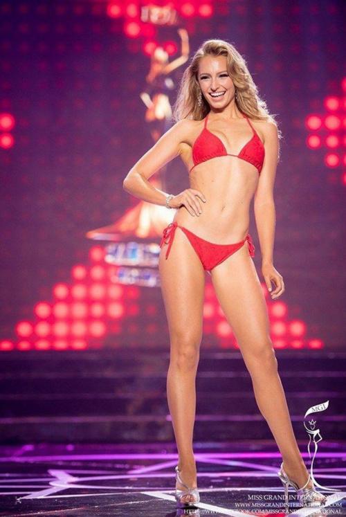 Tuy nhiên vóc dáng mỏng và chiều cao 1,7 m không quá nổi trội là nhược điểm của Claire. Nếu chiến thắng Miss Universe Australia và giành tấm vé đến Miss Universe 2019, cơ hội của Claire cũng rất mong manh bởi Hoa hậu Hoàn vũ là cuộc chơi của những cô gái xinh đẹp, nóng bỏng nhất thế giới.