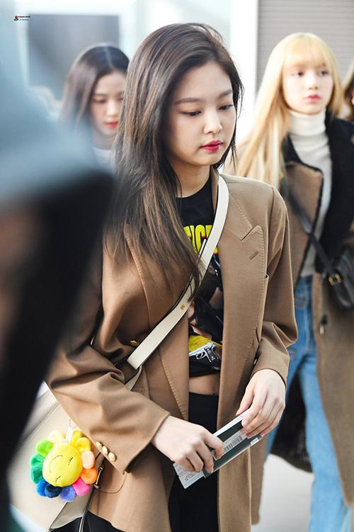 Ji Soo nổi trội nhờ vẻ trong sáng, Sana giấu dáng với quần ống rộng - 1