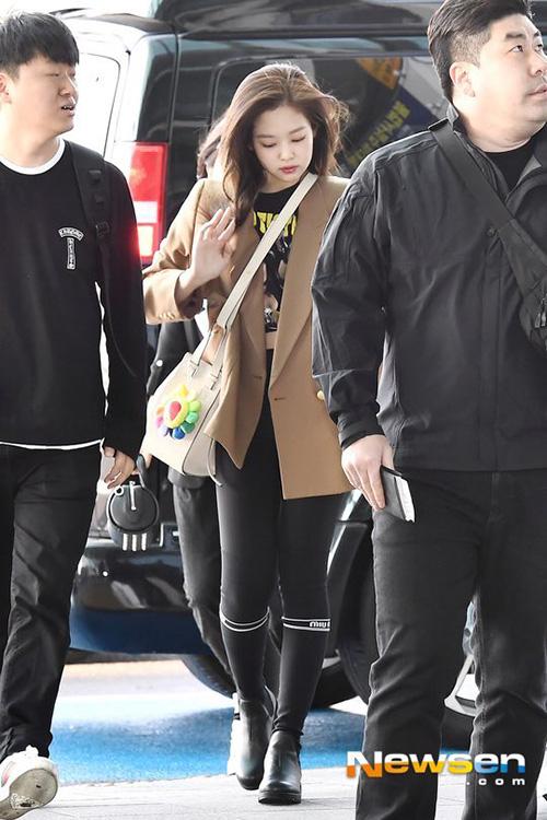 Ji Soo nổi trội nhờ vẻ trong sáng, Sana giấu dáng với quần ống rộng