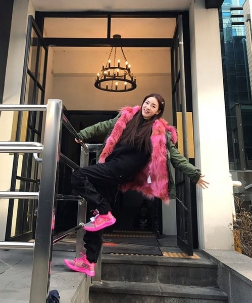 Dara nhí nhảnh tạo dáng với phong cách đầy năng động.