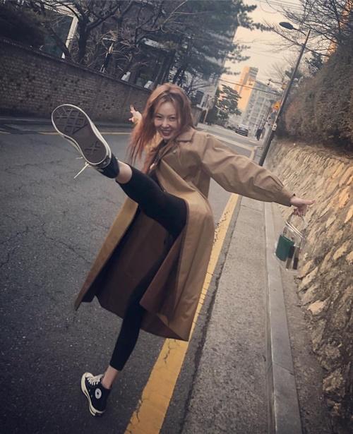 Chán pose hình sexy, Hyun Ah tung chiêu dũng mãnh.