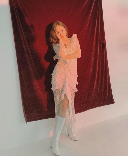 Jessica diện váy ren trắng khoe thần thái kiêu sa.