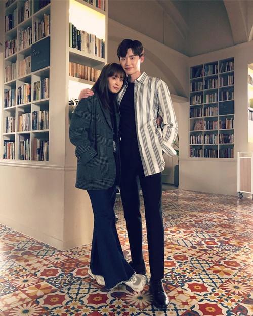 Cặp chị em Lee Jong Suk và Lee Na Young ôm ấp thân mật như đôi tình nhân thực thụ.