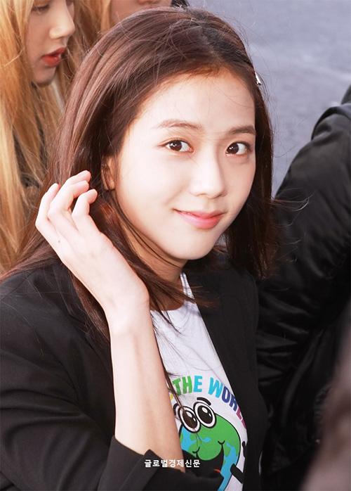 Ji Soo nổi trội nhờ vẻ trong sáng, Sana giấu dáng với quần ống rộng - 3