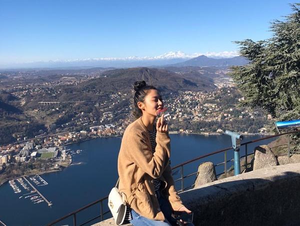 Seol Hyun mặc giản dị, búi tóc củ hành cute dạo chơi ở Italy.