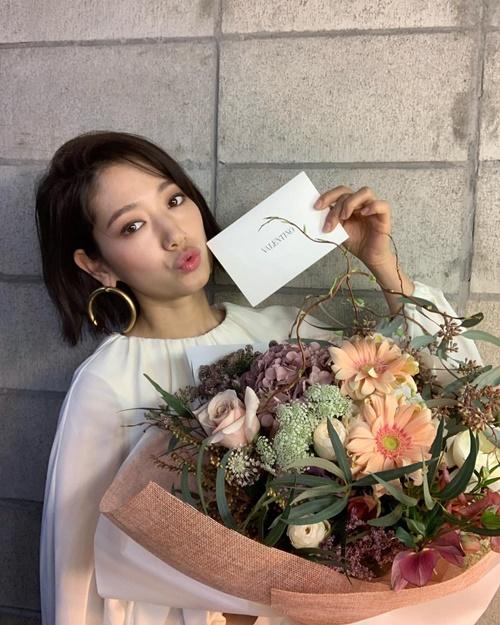 Park Shin Hye tóc ngắn trẻ trung, chu môi đáng yêu khi nhận hoa mừng sinh nhật từ Valentino.