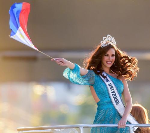 Vương miện Mikimoto mà Catriona Gray làm hỏng được gắn 500 viên kim cương và đá quá. Thiết kế này có giá hơn 300.000 USD (gần 7 tỷ đồng). Chủ tịch Miss Universe - Paula Shugart - từng chia sẻ, vì giá trị lớn nên chiếc vương miện quý giá ít khi được sử dụng.