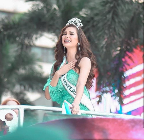 Tân Hoa hậu Hoàn vũ diễu hành với chiếc vương miện bị vỡ đi qua khắp các con phố. Nhiều khoảnh khắc, người đẹp 25 tuổi xúc động nghẹn ngào.