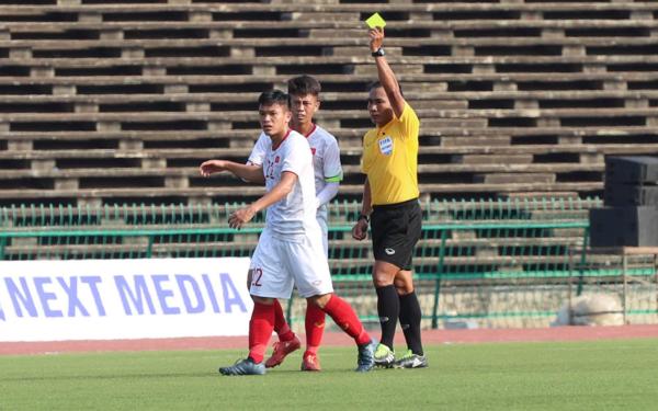 Trọng tài người Myanmar liên tục có những quyết định gây bức xúc.