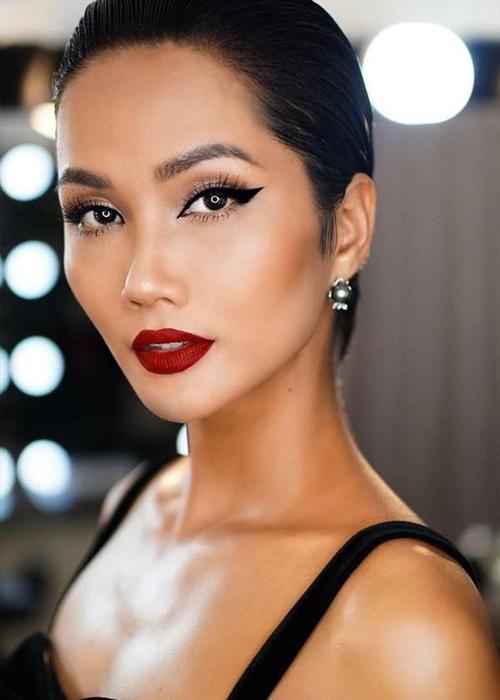 Trang điểm quả thực có tác dụng rất lớn giúp HHen Niê che đi nhược điểm đôi mắt và tôn lên vẻ đẹp góc cạnh, sắc sảo.