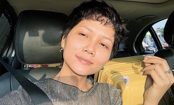 Khó phủ nhận Hoa hậu Hoàn vũ Việt Nam 2017 có nhiều khuyết điểm như lông mày thưa, đôi mắt có phần mệt mỏi và môi không tươi màu.