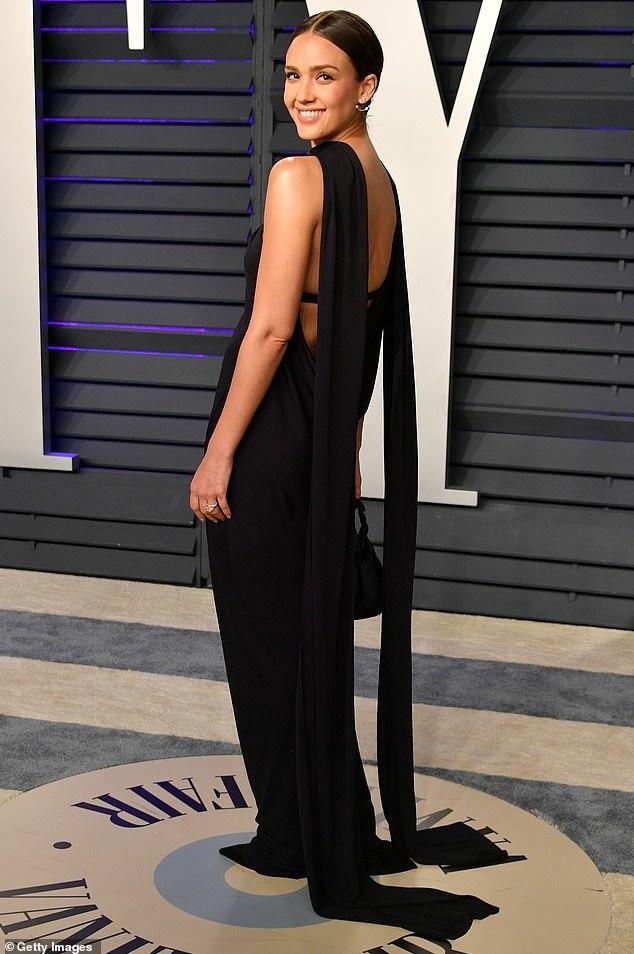 """<p> Jessica Alba lựa chọn trang phục giản dị nhưng vẫn tỏa sáng nhờ nhan sắc """"không tuổi"""". Lối trang điểm tự nhiên của cô được đánh giá cao.</p>"""