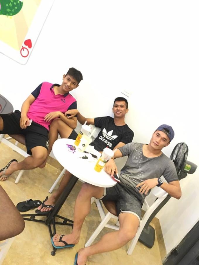 <p> Tiền vệ 22 tuổi cũng rất thân thiết với các đàn anh, đặc biệt là thủ môn Bùi Tiến Dũng khi anh còn khoác áo CLB Thanh Hóa.</p>