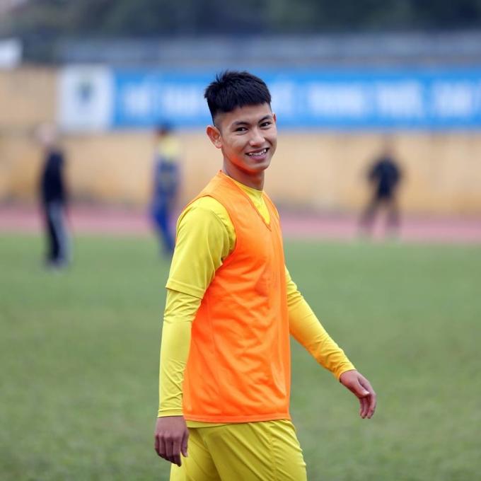 <p> Nguyễn Trọng Hùng sinh năm 1997, người Thanh Hóa. 9x chơi ở vị trí tiền vệ. Sau khi một loạt trụ cột ra đi, CLB Thanh Hóa phải bổ sung những nhân tố mới trẻ trung. Nguyễn Trọng Hùng là một trong số đó.</p>