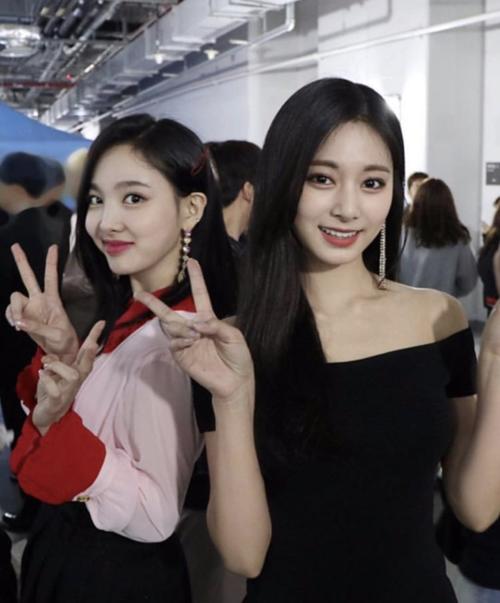 Na Yeon và Tzuyu pose hình nhí nhảnh.
