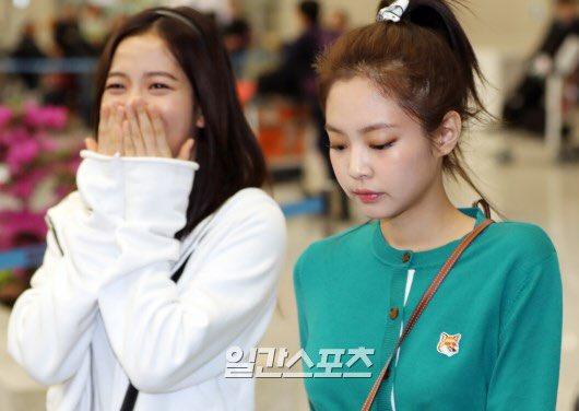 Biểu cảm khác biệt trong cùng một khung hình của hai cô nàng khiến netizen tranh cãi.