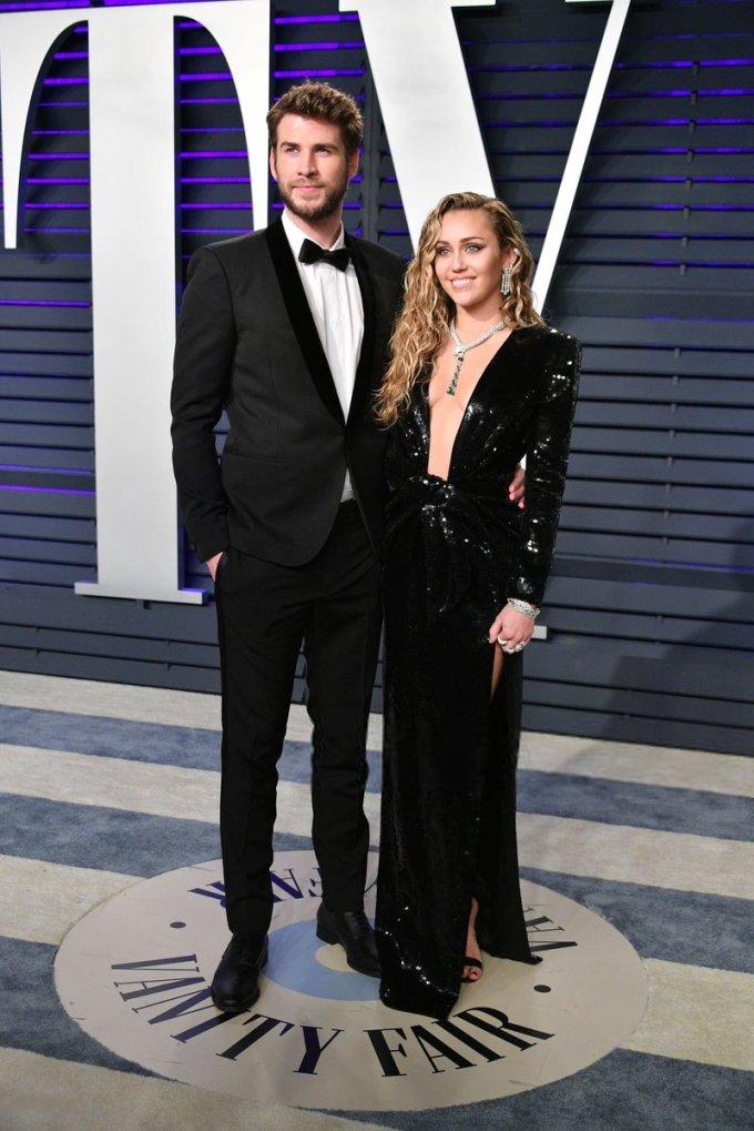<p> Miley Cyrus sánh đôi cùng chồng Liam Hemsworth. Cặp sao diện trang phục tông đen đồng điệu: Liam lịch lãm với suit còn Miley hút mắt cùng bộ váy xẻ ngực táo bạo.</p>