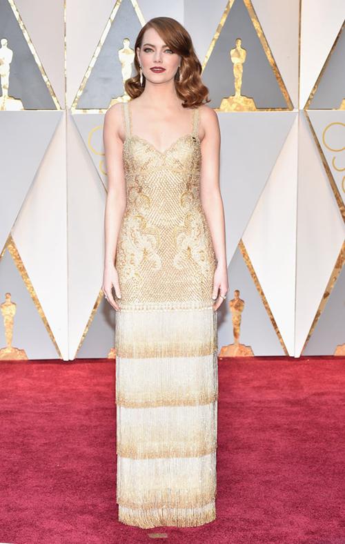 Không phải tự nhiên mà Emma Stone luôn được xem như một thỏi nam châm ở Oscar. Fashion icon này luôn đầu tư cho diện mạo rất chỉn chu mỗi khi lên thảm đỏ. Năm 2017, cô thu hút sự chú ý khi diện đầm Givenchy Haute Couture gợi cảm.
