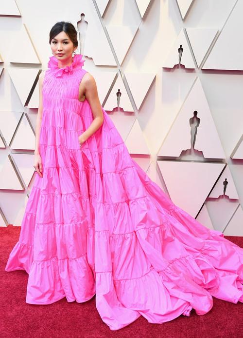 Gemma Chan mặc đầm hồng Valentino nổi bật không kém. Năm qua, cô cũng gây chú ý với bộ phim Con nhà siêu giàu châu Á và sắp tới sẽ góp mặt trong Captain Marvel.
