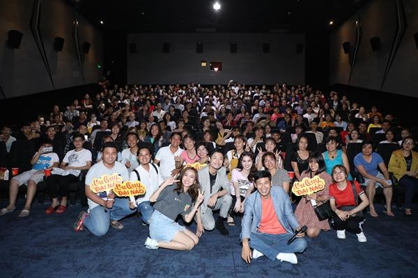 Tối 24/2, Diệu Nhi cùng đoàn phim Vu quy đại náo có buổi cinetour để quảng bá cho dự án. Nữ diễn viên diện trang phục giản dị với áo thun, váy jean, thoải mái trò chuyện cùng người hâm mộ. Nữ diễn viên hạnh phúc khi lượng khán giả đến rạp ủng hộ phim kín rạp.