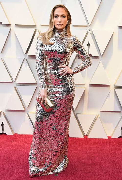 Jennifer Lopez xuất hiện khá muộn nhưng cũng kịp chiếm spotlight với bộ đầm Tom Ford.