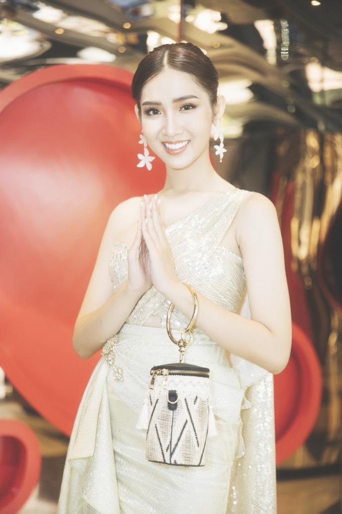 <p> Đỗ Nhật Hà tới Thái Lan tham dự cuộc thi Hoa hậu Chuyển giới Quốc tế 2019 từ ngày 24/2. Trong ngày đầu tiên dự các hoạt động gặp gỡ, cô được khen ngợi về phong cách thời trang. Đại diện Việt Nam chon trang phục với phom dáng bất đối xứng, hiện đại, tôn vóc dáng.</p>