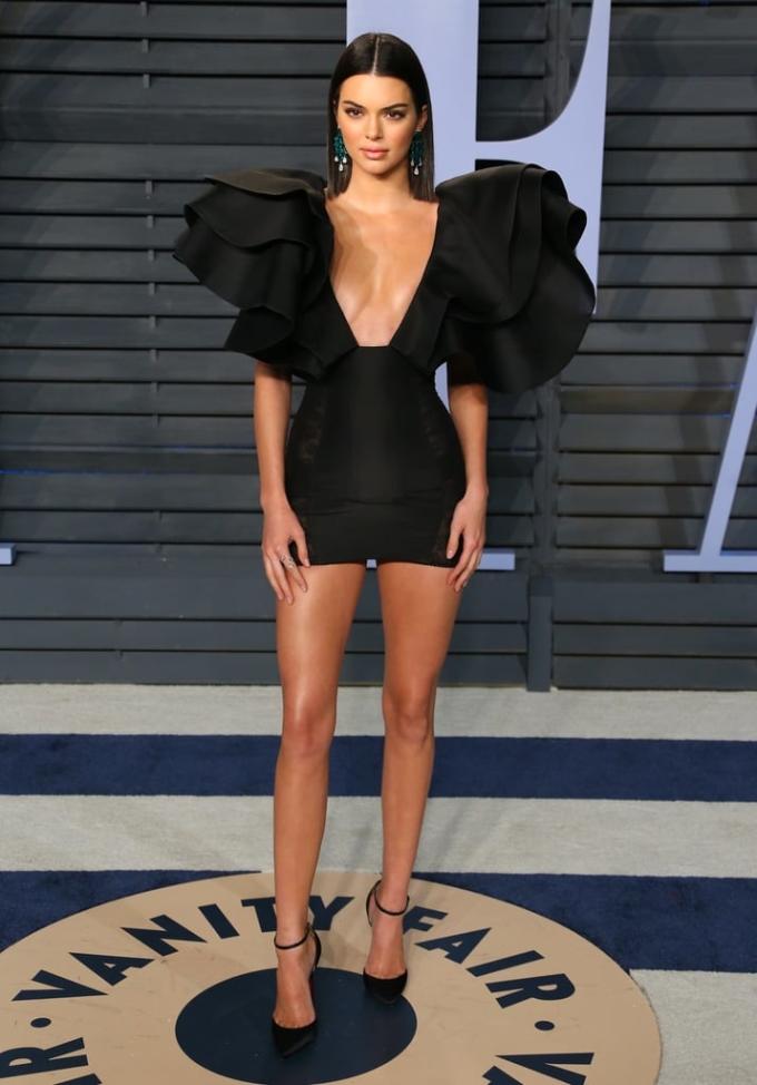 """<p> Tại tiệc Vanity Fair 2018, Kendall Jenner cũng khoe dáng với đầm sexy """"kiệm vải"""" không kém.</p>"""
