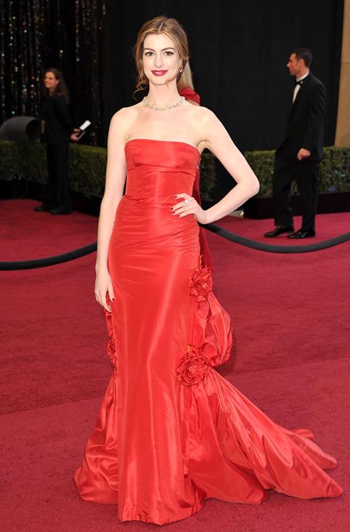 Anna Hathaway đẹp như nữ thần với chiếc váy đỏ rực của Valentino. Năm 2011 cô cũng đảm nhiệm vai trò host của lễ trao giải.
