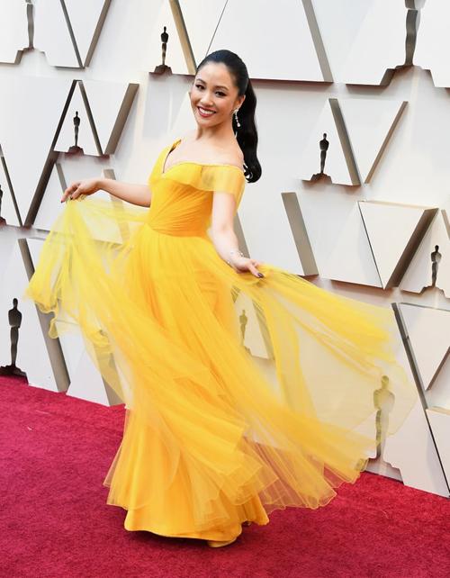 Nữ chính Con nhà siêu giàu châu Á Constance Wu khoe sắc rực rỡ trong bộ đầm vàng tinh tế