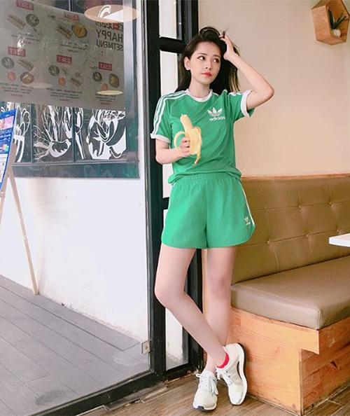 Khi đi giày bệt và ở góc chụp thẳng, Chi Pu có đôi chân không quá dài. Cô nàng còn được xem là một trong các mỹ nhân bé nhỏ của Vbiz.