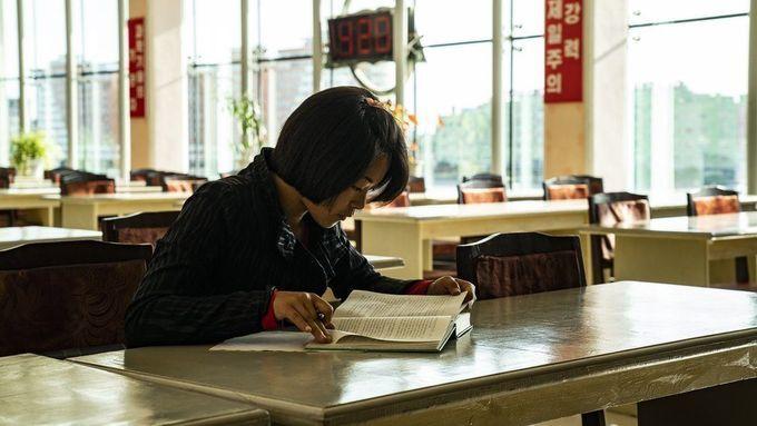 <p> Một nữ sinh đọc sách và làm bài tập trong thư viện tỉnh Bắc Hamgyong ở Chongjin.</p>