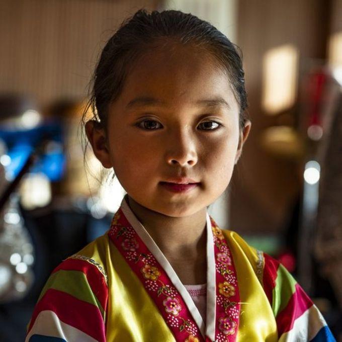 <p> Cô bé trong trang phục truyền thốngHoeryong.</p>