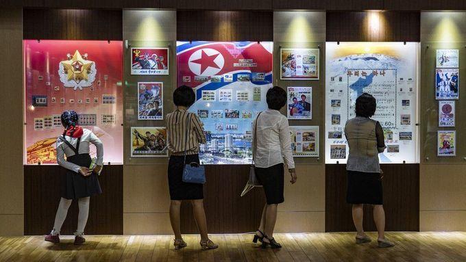 <p> Nữ sinh mặc đồng phục, quàng khăn đỏ đi xem triển lãm cùng mẹ và hai người phụ nữ khác.</p>