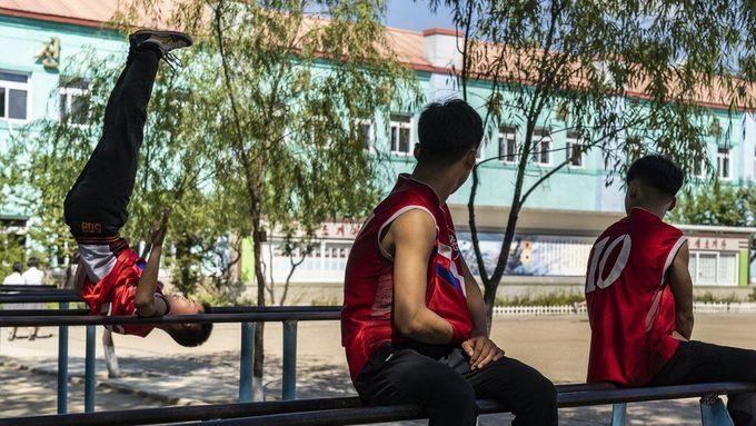 <p> Các nam sinh đu xà trong sân chơi của trường ở Hoeryong.</p>